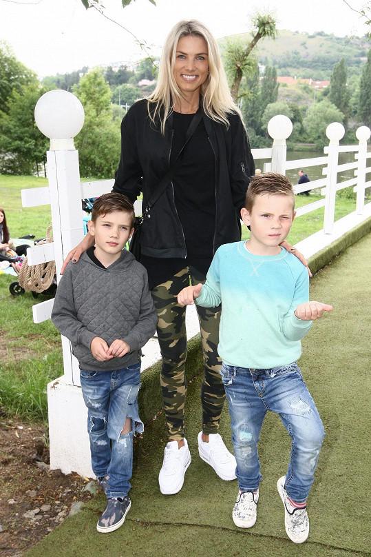 Klára Medková se syny. Ti jsou po rodičích také milovníci módy.