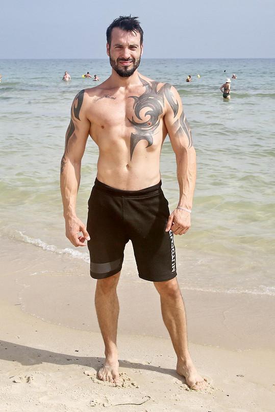 U moře také předvedl svoji vymakanou figuru.