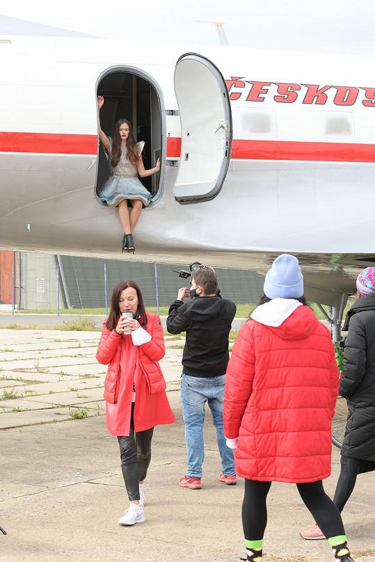 Československá Miss a II. Vicemiss Earth Klára Vavrušková během příprav kalendáře