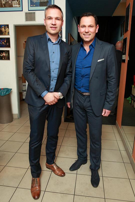 Pavel s partnerem Janisem Sidovským na premiéře Horečky sobotní noci