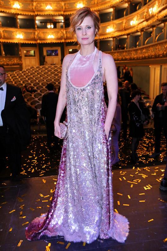 Šaty Jitky Schneiderové byly prý docela těžké. Pocházejí z italského módního domu Valentino, stejně jako její kabelka.