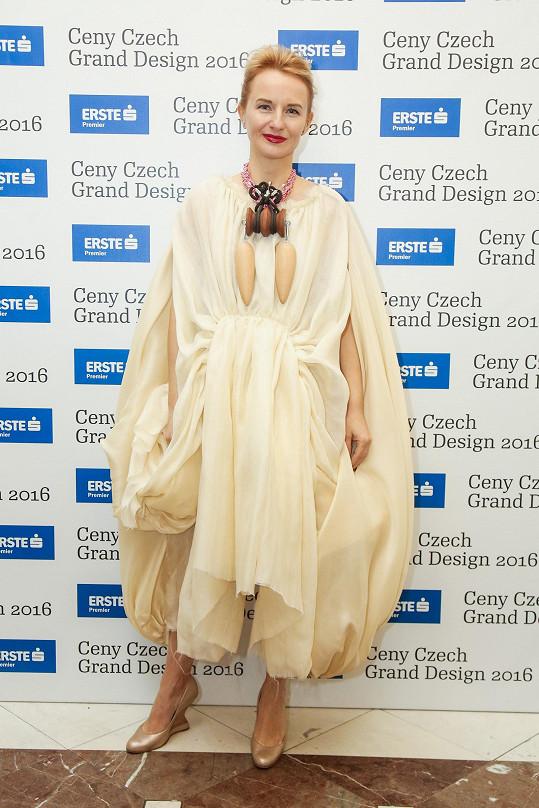Ředitelka Czech Grand Designu Jana Zielinski byla v prostorově výrazných šatech tvořených sklady nepřehlédnutelná. Je skvělé, že existují odvážné ženy, které se nebojí vyjít z davu.