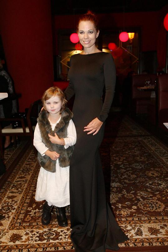 Míša na afterpárty oblékla šaty Petry Brzkové, nový model pořídila i dceři.