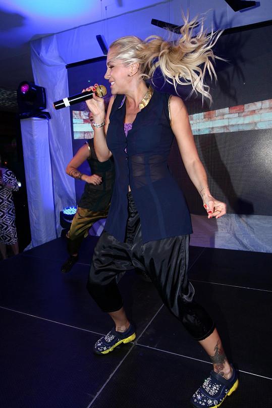 Dara na pódiu řádila jako o život.