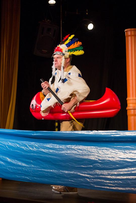 Ten se převtělí i v Inču-Čunu. Na snímku v kánoi pronásleduje Old Shattehanda po řece Rio Pecos vyrobené z igelitu.