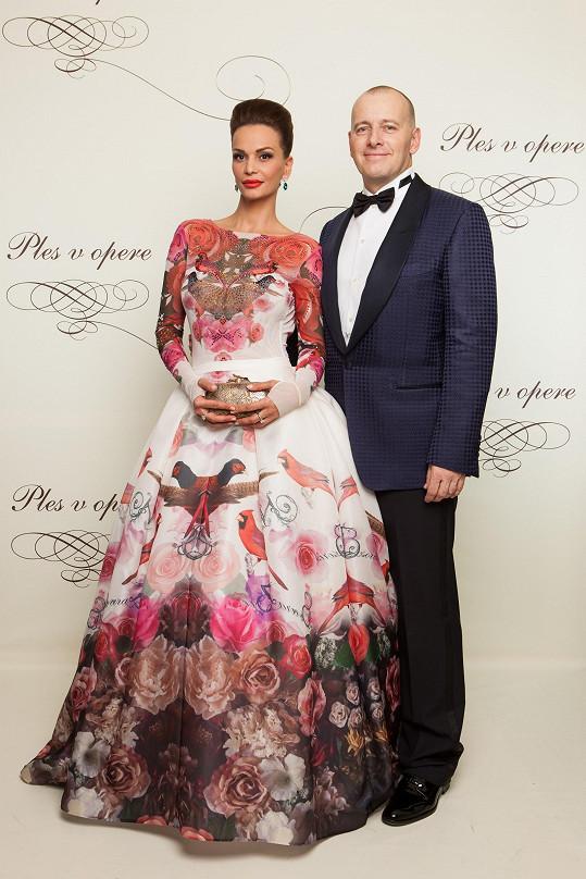 Ve vzniku druhých nejvýraznějších šatů večera měl také prsty Robert Vrzala, který na nich spolupracoval s dvorní návrhářkou Andrey Verešové Janou Pištějovou. Barokní róbu s krasohledovým potiskem měla na sobě Andrea Heringová, doprovod boháče Borise Kollára.
