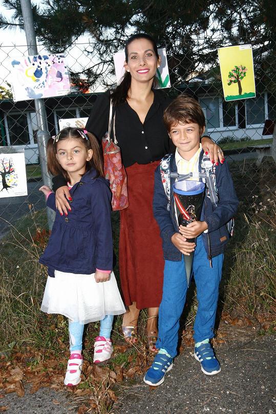 Eva Decastelo doprovodila do první třídy syna Michaela.