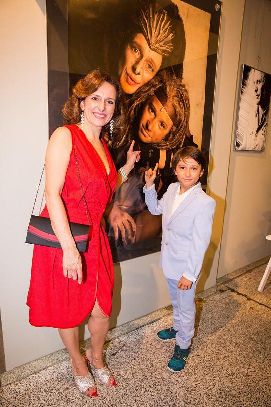 Dita Hořínková hrála roli adoptivní matky Tarzana, gorily Kaly. Její syn Viktor Antonio si zahrál malého Tarzana.