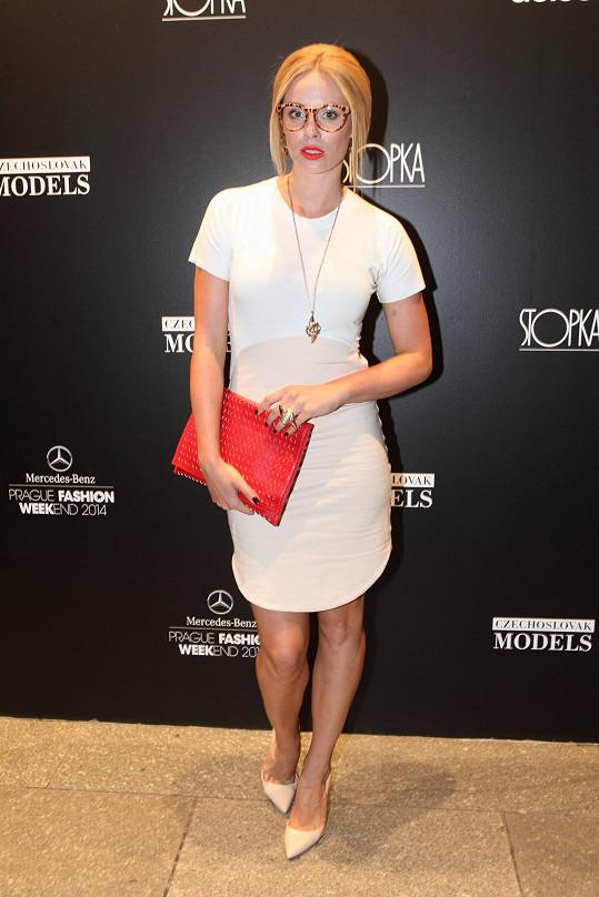 Bílo-krémové šaty z dílny návrhářky Ivy Burkertové, která představila o víkendu kolekci pod svou značkou OdIvy, zkombinovala Nikol se šperky Antipearle a brýlemi, lodičkami a psaníčkem opět z konfekce.