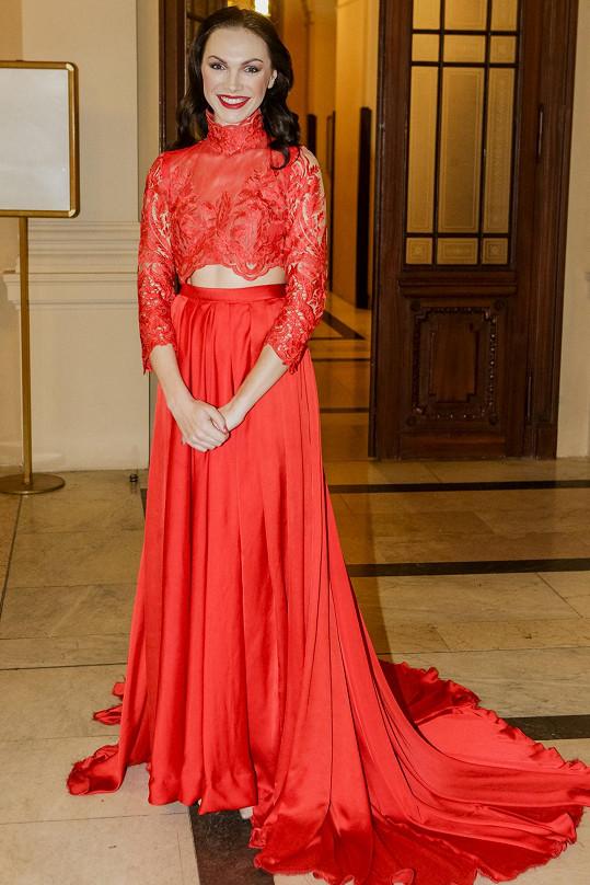 Kamile Nývltové vybrala tyto šaty návrhářka Tereza Sabáčková.