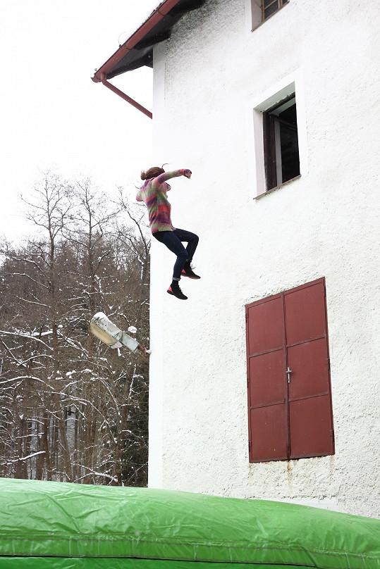 Jen při skoku z okna ji musela zastoupit kaskadérka.