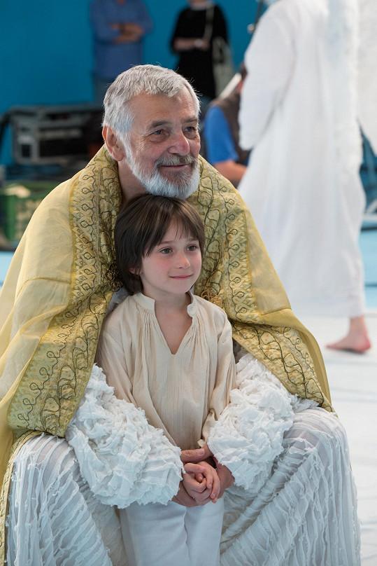 Jiří Bartoška s dětským hercem Viktorem Antoniem