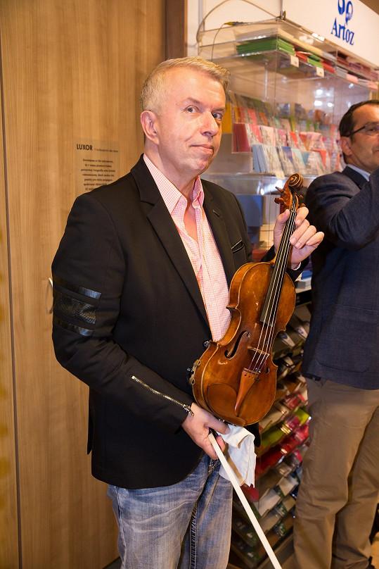 Hra na housle mu dodnes pomáhá.
