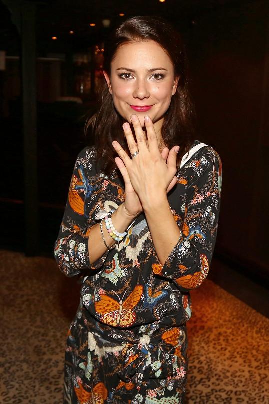 Ivana se pochlubila snubním prstenem.