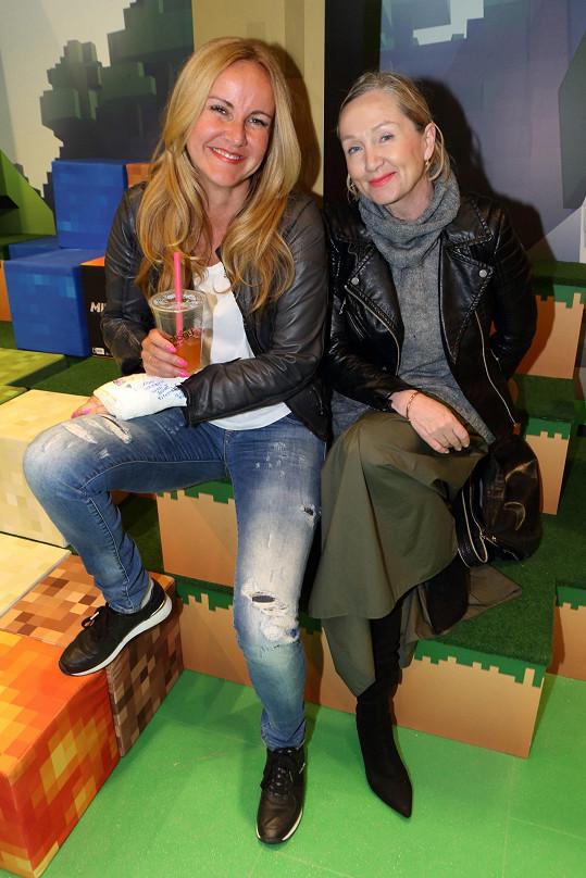 Setkala se zde s kamarádkou Bárou Basikovou.