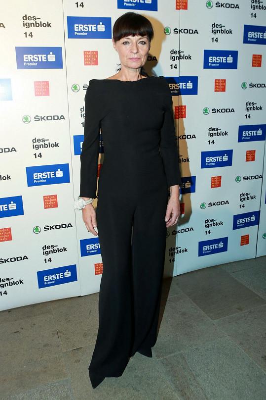Návrhářku Liběnu Rochovou si nedovedeme představit oděnou snad už v žádné jiné barvě, než je černá. Všimněte si ale náramku z kolekce Virus od značky Zorya, která v minulých ročnících na Designbloku bodovala.
