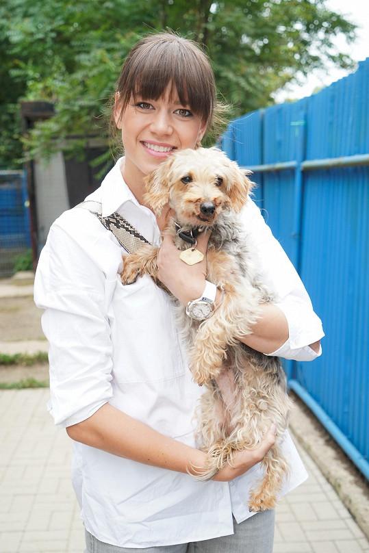 Karolina Gudasová na návštěvě psího útulku