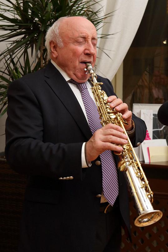 Felix Slováček oslavenkyni zahrál oblíbené písně.