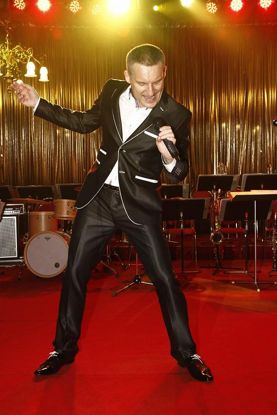 Vladimír Hron šoumenem zůstal. Plesajícím hostům zpíval italské hity, Sinatru i Goťáka.
