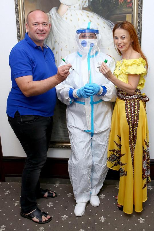 S organizátorem soutěže Anděl mezi zdravotníky Davidem Novotným a zdravotnicí v kompletním ochranném obleku