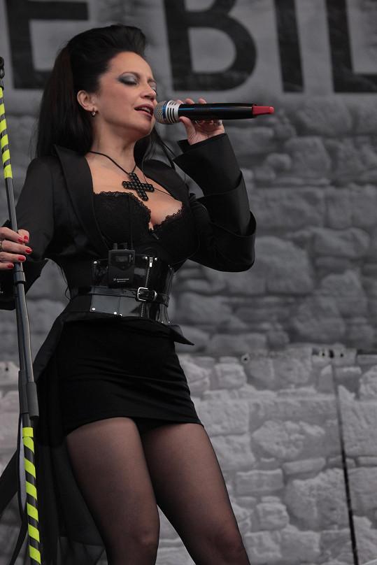 Loni opět koncertovala s Arakainem. Připomenula si tak své metalové začátky.