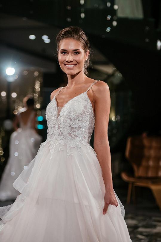 Karolína Kokešová vypadá ve svatebních šatech nádherně.