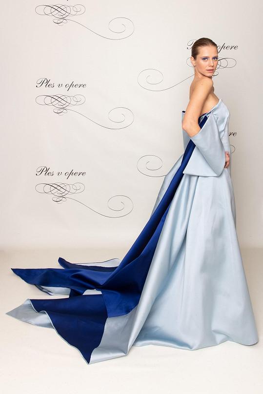 Šaty připomínající japonskou skládačku origami vytvořil pro slovenskou topmodelku Sashu Gachulincovou módní návrhář Marcel Holubec.