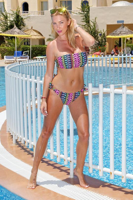 Dominika u bazénu na tuniské Džerbě