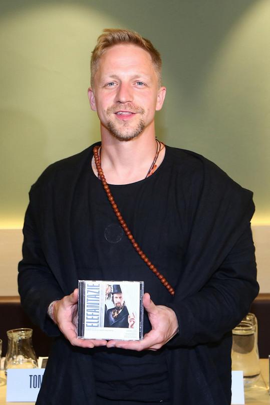 Tomáš Klus změnil účes.