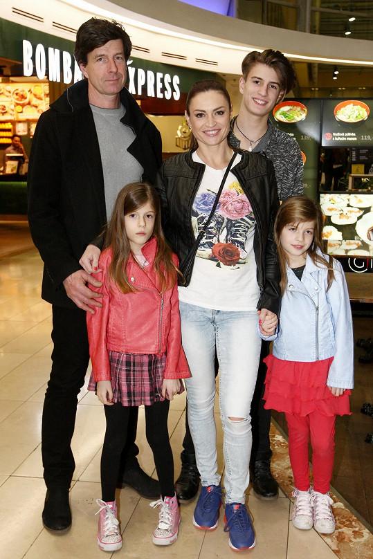 Hanka Kynychová s celou rodinou