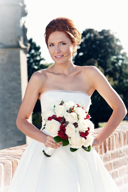 Romana už bez závoje, kvůli kterému se svatba opozdila.