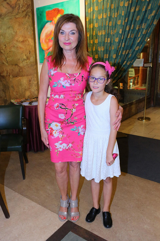 Simona Prasková na premiéru filmu Důvěrný nepřítel vyvedla adoptivní dceru Natálku.