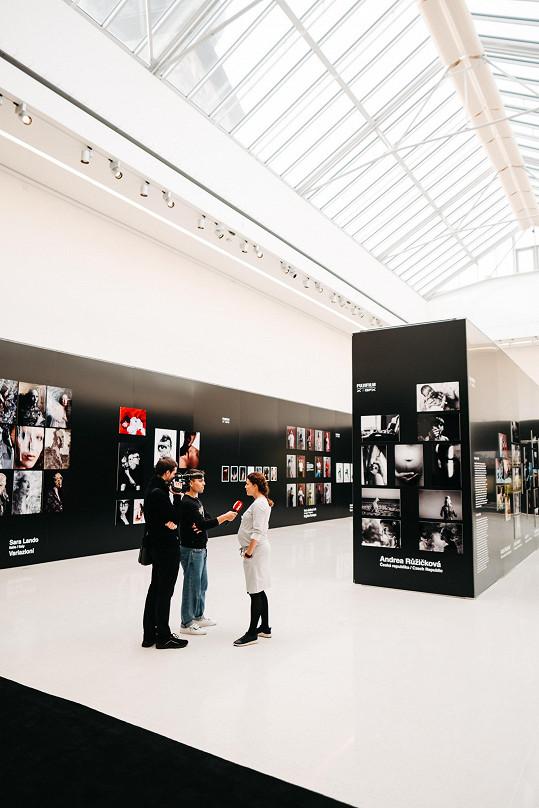 Během našeho rozhovoru na výstavě, která potrvá ve Výstavní síni Mánes do konce listopadu.