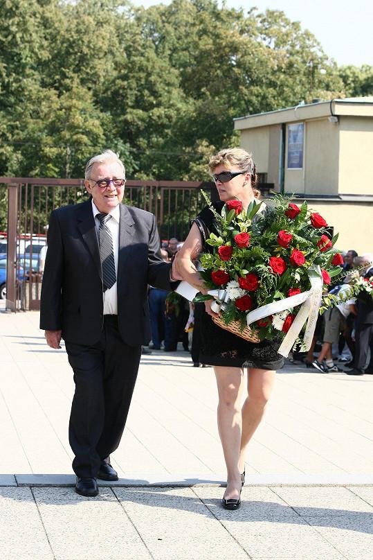 Na pohřeb dorazili i Rudolf Jelínek s manželkou.