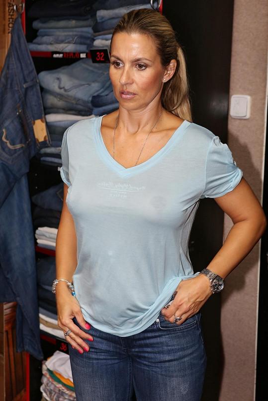 Monika si v březnu nechala prsa zmenšit.