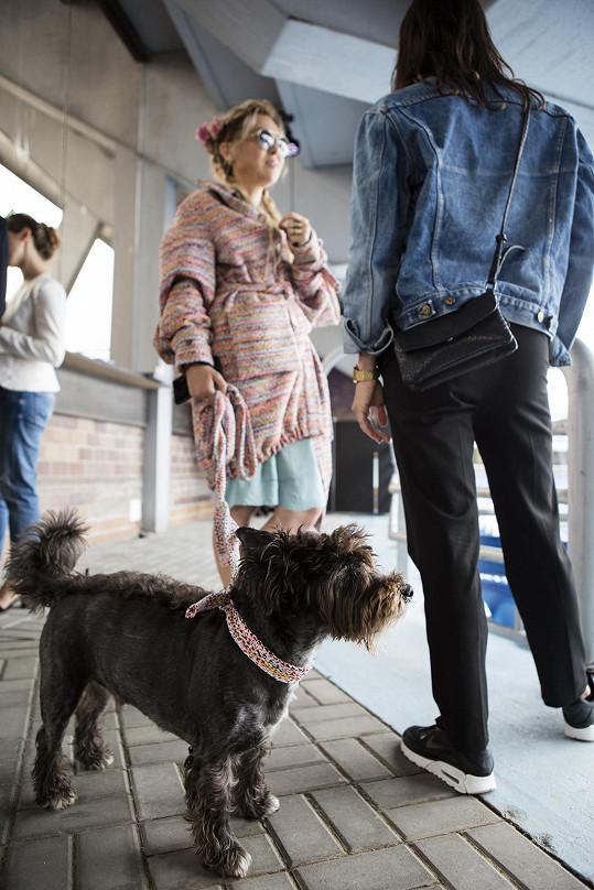 Svého psa často bere i do společnosti. Zde na módní přehlídce
