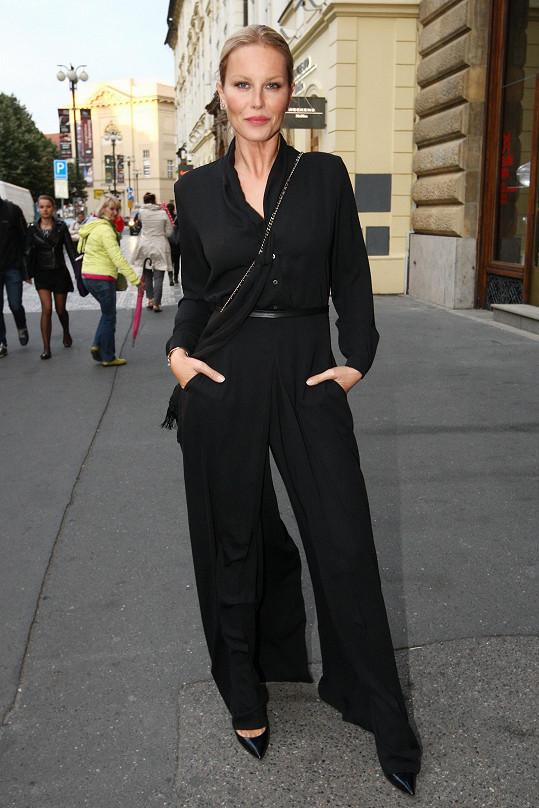 V rámci pražského týdne módy zvolila Simona Krainová na přehlídku Pietro Filipi solidárně černý overal stejné značky. Málokterá celebrita má tolik v oblibě kombinézy jako právě Simona.