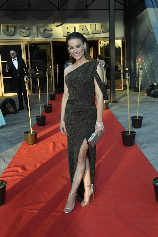 Michaela Gemrotová oblékla šaty od návrhářky Petry Brzkové.
