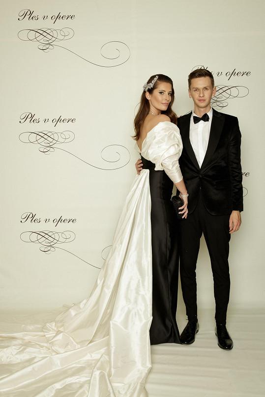 Autor šatů Michaely Kociánové dorazil na ples v doprovodu své kamarádky Barbory Franekové. Bývalou Miss Slovensko návrhář pochopitelně také oblékl do modelu tvořeného pevnou nabíranou bílou látkou.