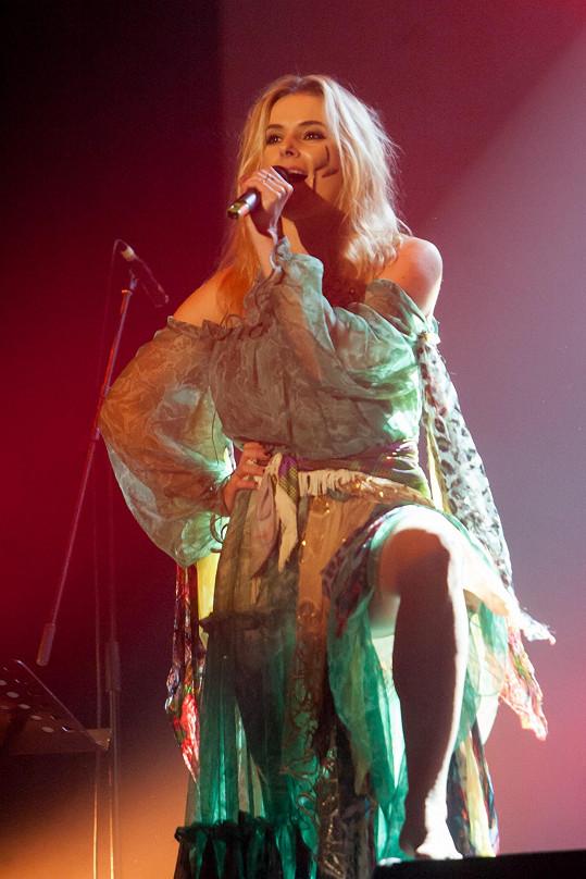 Halina Mlynková je známou polskou folkovou zpěvačkou a zároveň snoubenkou Leška Wronky.