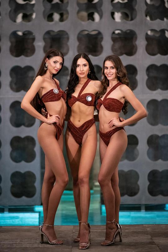 Zleva Karolína Kopíncová, Barbora Aglerová a Angelika Kostyshynová uspěly v soutěži The Best in Swimsuit.