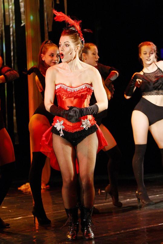 Do společnosti chodí zahalená, její svůdné křivky vyniknou alespoň na divadelních prknech.