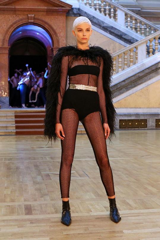 Nejdříve Sára oblékla tento model.