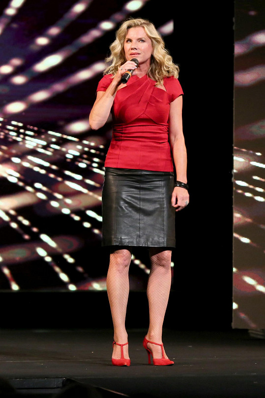 Leona Machálková vystupovala v téměř civilním outfitu.
