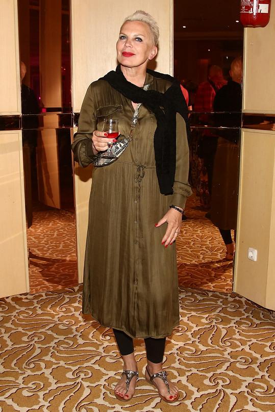 Kateřina v jednom z mnha outfitů, které přibalila do kufru.