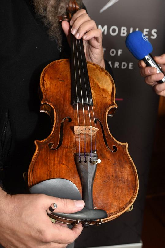 Hrál na 200 let staré housle.