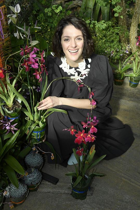 Mezi orchidejemi se cítila báječně.