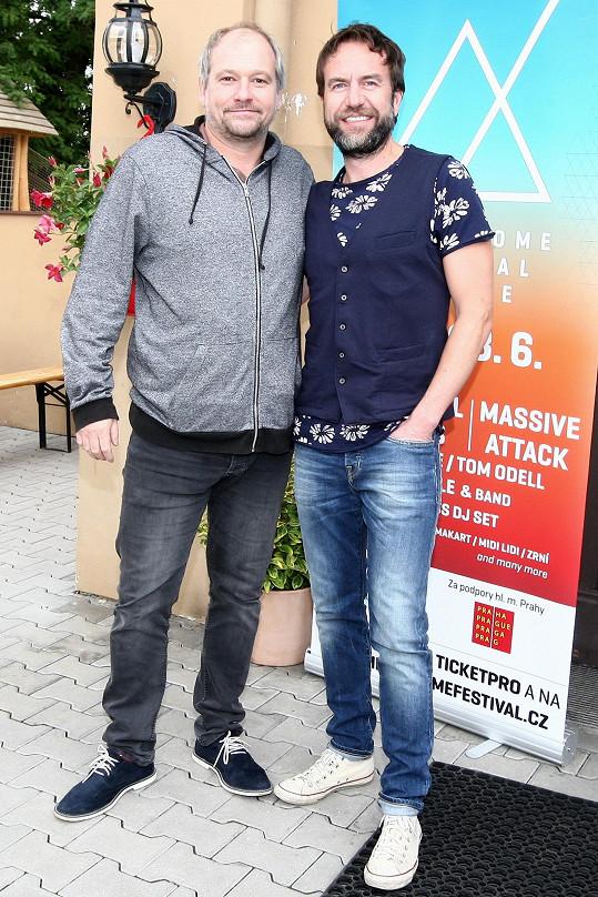 Taclík je fanouškem Tata Bojs, a tak se ochotně fotil s Milanem Caisem.