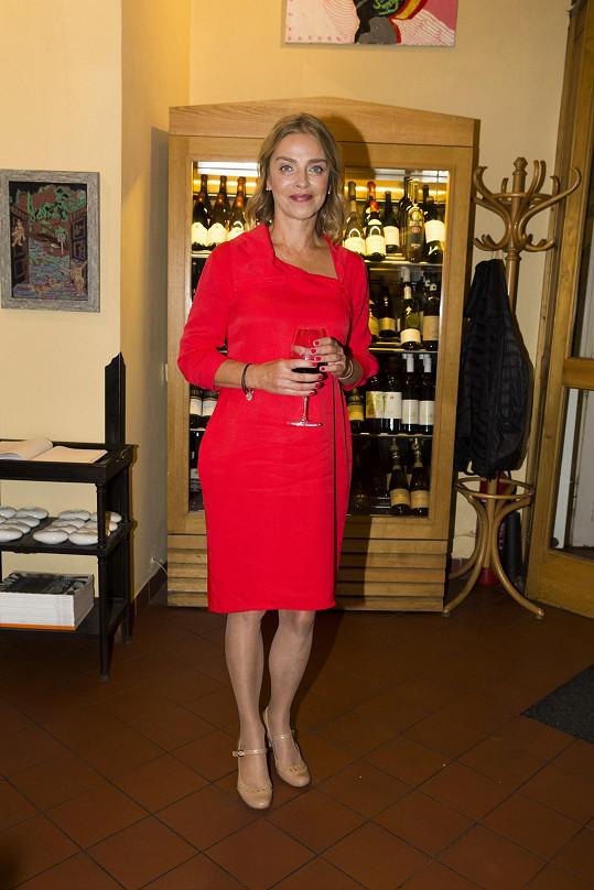 Lucie na představení nové odrůdy chilského vína vyrazila v nových šatech od návrhářky Gábiny Páralové.
