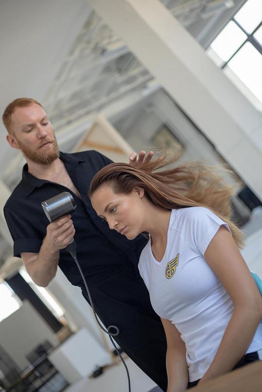 V týmu měla modelka Kateřina Sokolová samozřejmě svého kadeřníka Martyho, který se jí léta stará o vlasy.